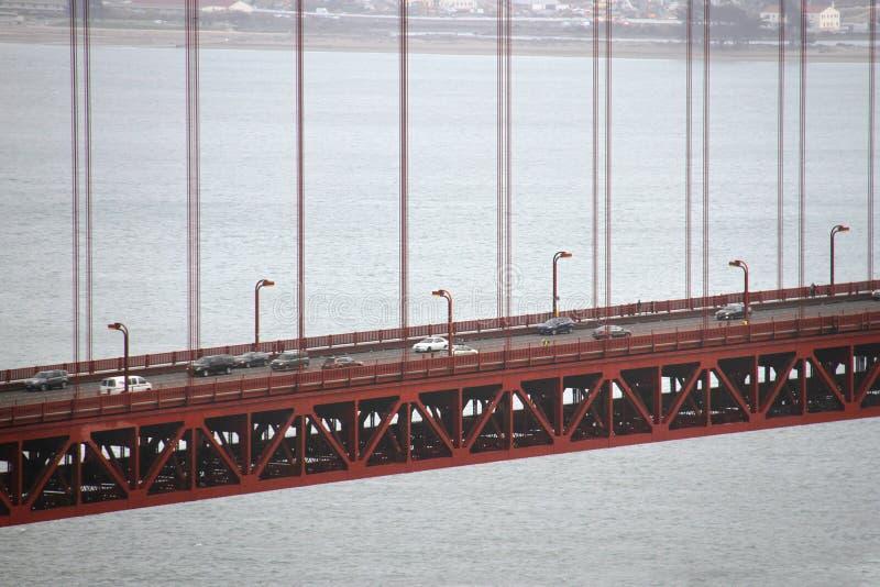 Golden gate bridge e tráfego nele fotos de stock