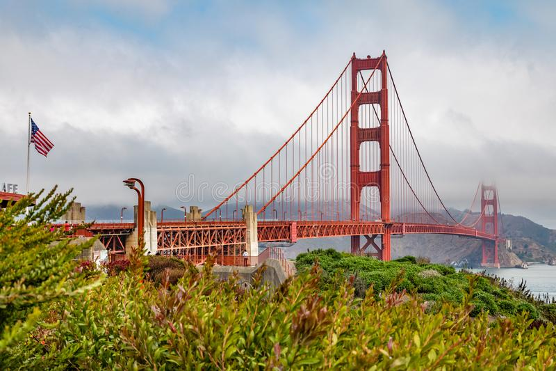 Golden gate bridge e uma bandeira americana foto de stock royalty free