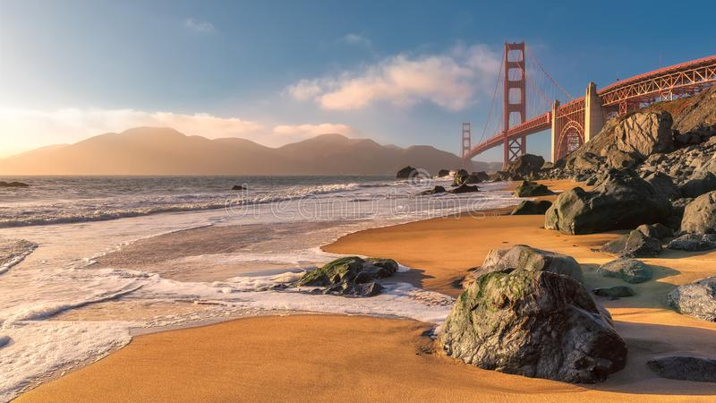 Golden gate bridge em San Francisco no por do sol imagens de stock