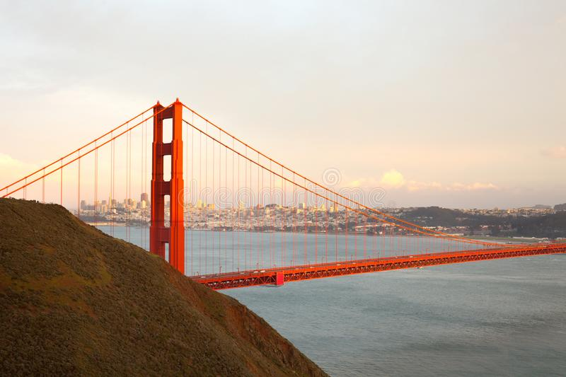 Golden gate bridge em San Francisco no por do sol fotografia de stock
