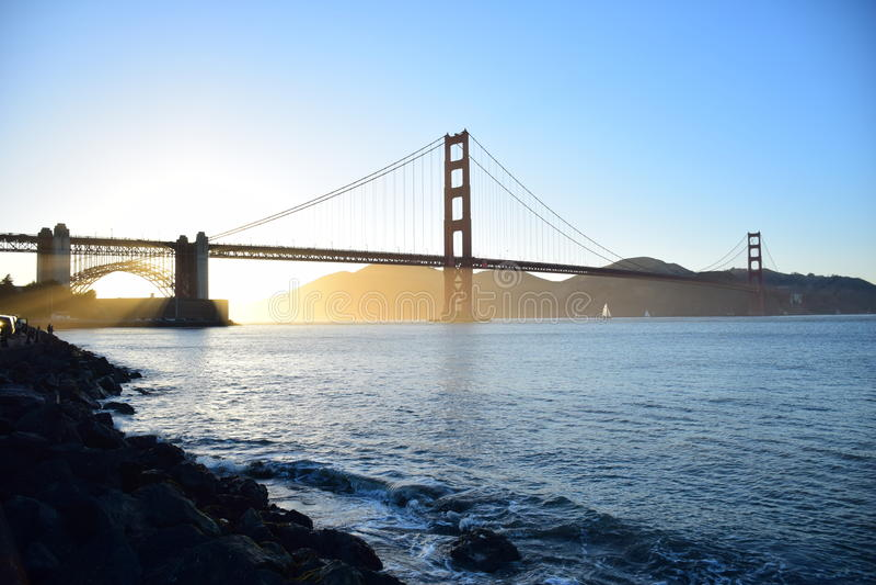Golden gate bridge em San Francisco no por do sol foto de stock