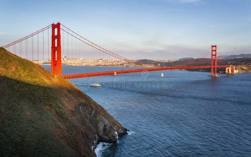 Golden gate bridge fr?n utsiktpunkt royaltyfri bild