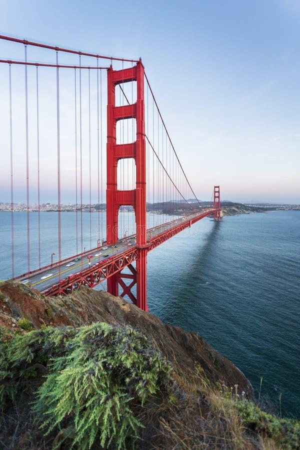 Golden gate bridge fr?n utsiktpunkt fotografering för bildbyråer