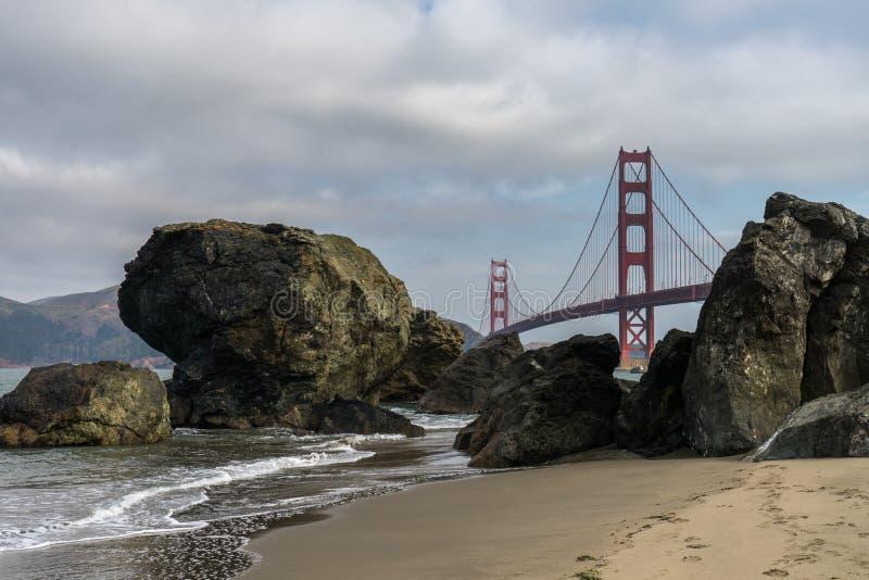 Golden gate bridge-Golven het Verpletteren stock afbeeldingen