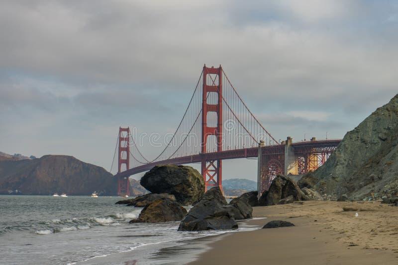 Golden gate bridge-Golven het Verpletteren stock foto