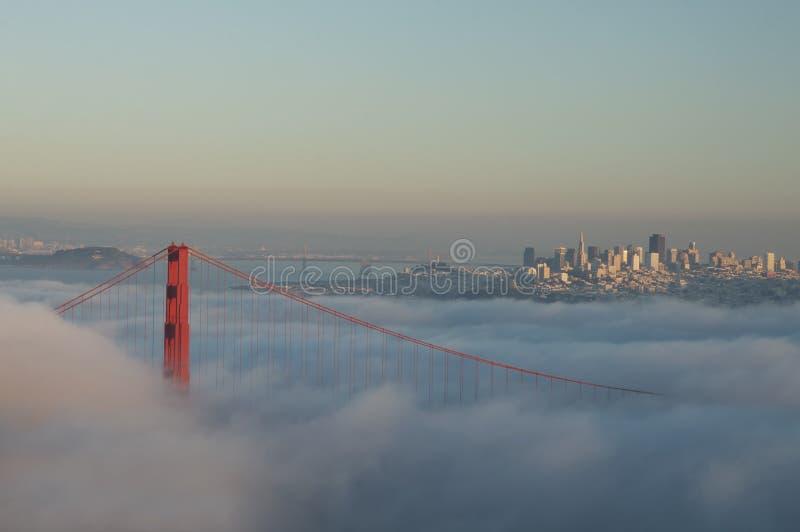 Golden gate bridge i dimma arkivbilder
