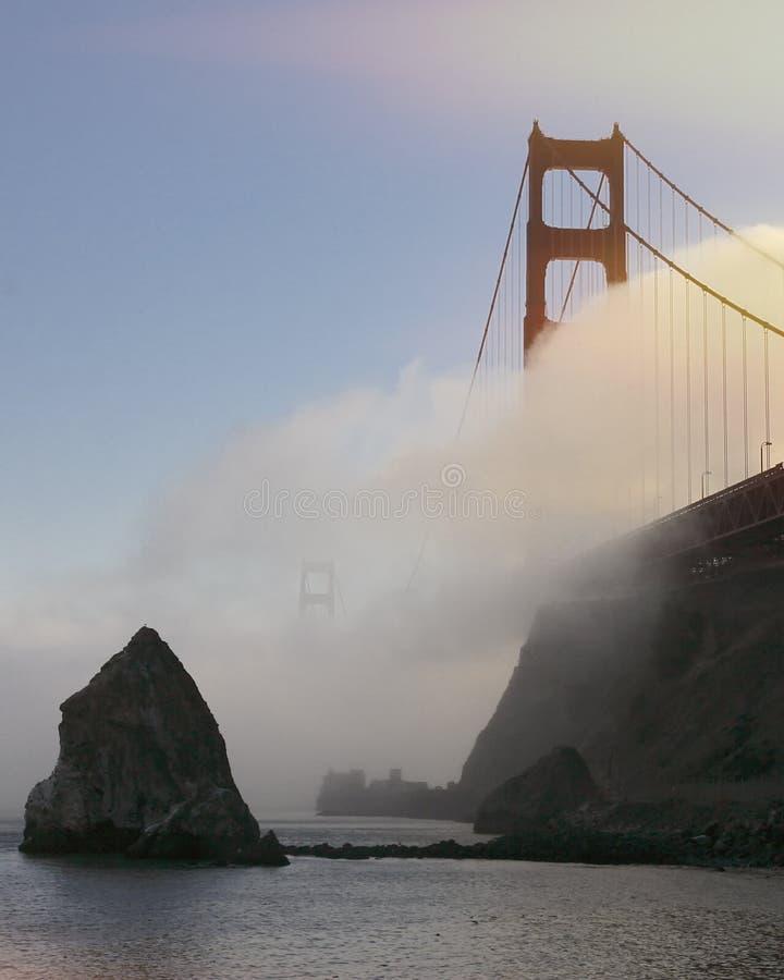 Golden gate bridge i dimma arkivfoto