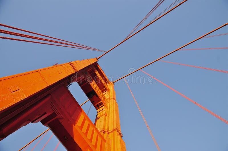 Golden gate bridge i eftermiddagljus fotografering för bildbyråer
