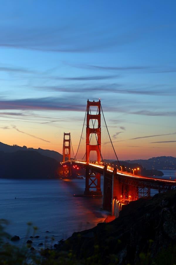Golden gate bridge i San Francisco California efter solnedg?ng arkivbilder