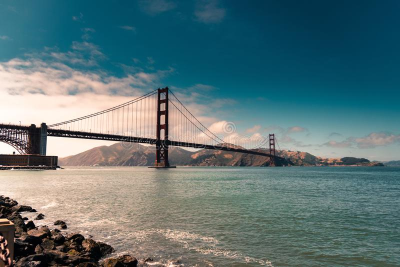 Golden gate bridge linia horyzontu przy półmrokiem zdjęcia stock