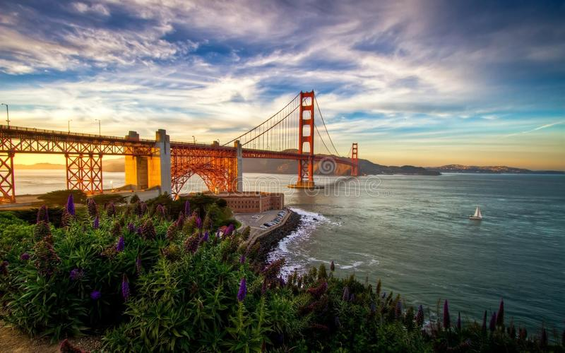 Golden gate bridge lokaliseras i San Francisco, CA arkivfoton