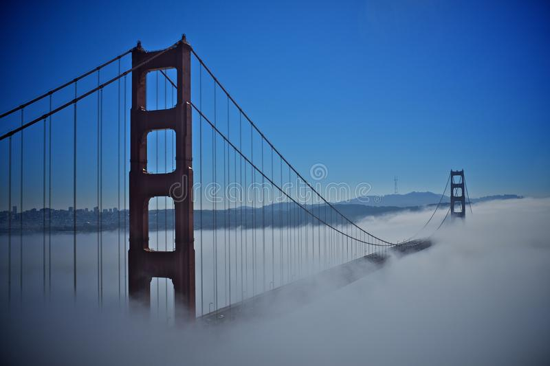 Golden gate bridge med dimman royaltyfri bild