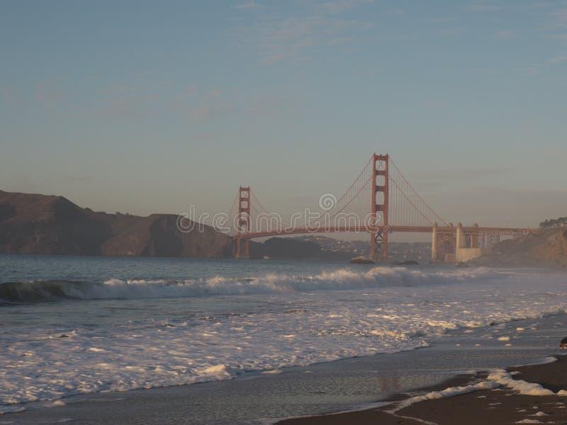 Golden gate bridge med skum av vågorna royaltyfria foton