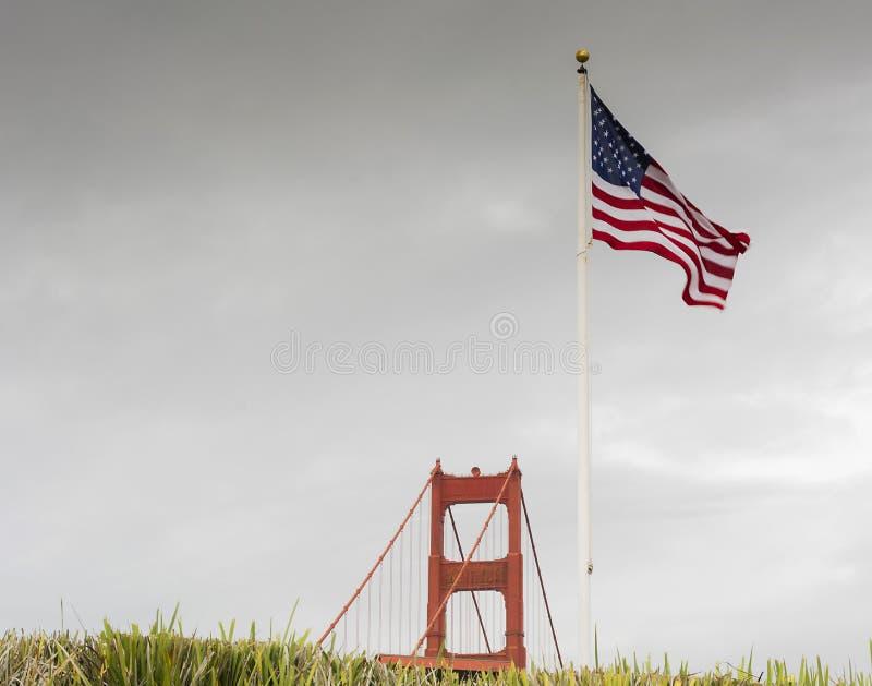 Golden gate bridge mit amerikanischer Flagge stockfoto