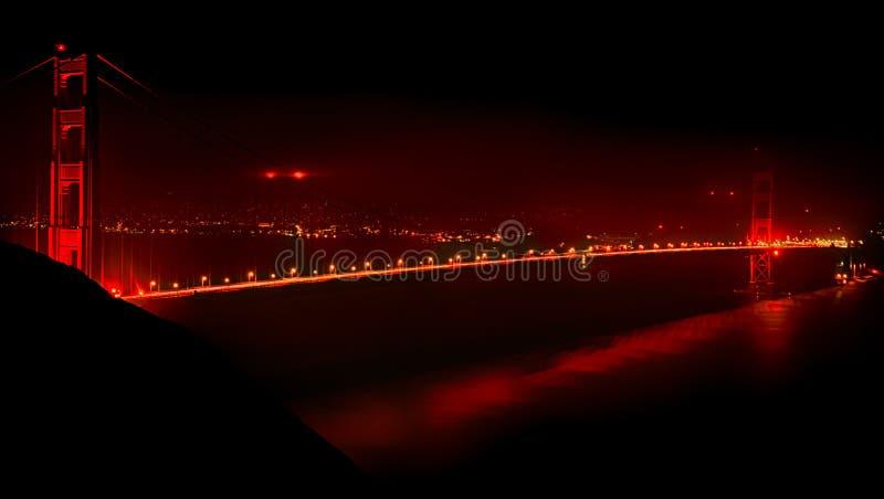 Golden gate bridge na noite imagem de stock