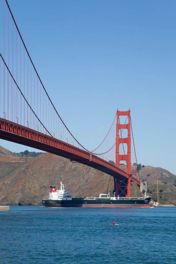 Golden gate bridge - navio - Kayaker imagens de stock royalty free