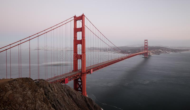Golden gate bridge nella penombra, San Francisco, California, U.S.A. fotografia stock libera da diritti