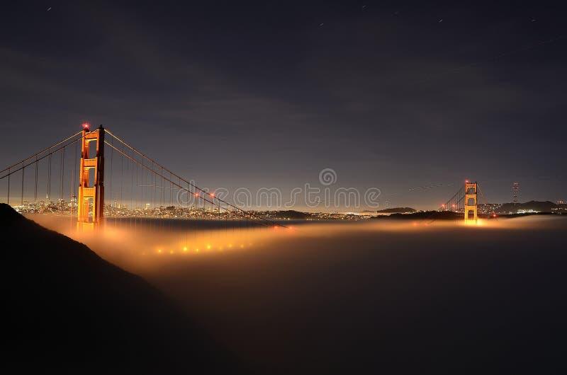 Golden gate bridge nevoento foto de stock