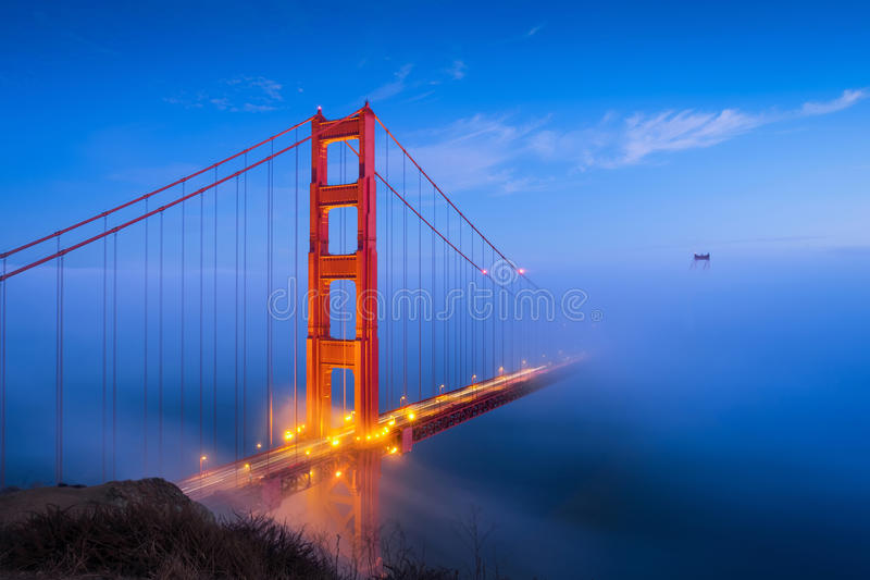 Golden gate bridge & nuvens foto de stock royalty free