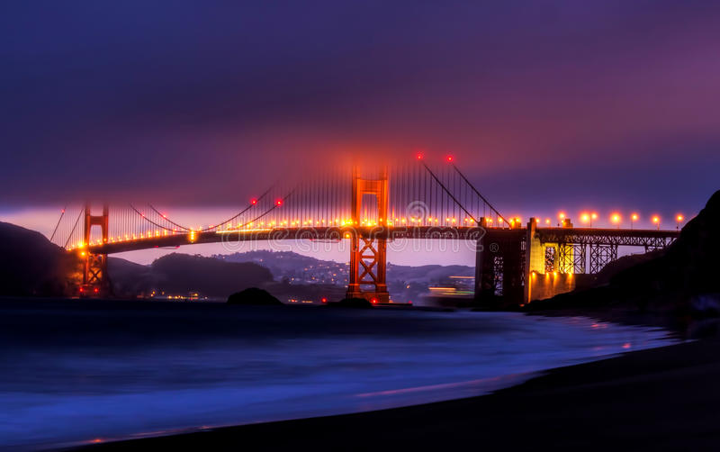 Golden gate bridge op een mistige dag royalty-vrije stock foto's