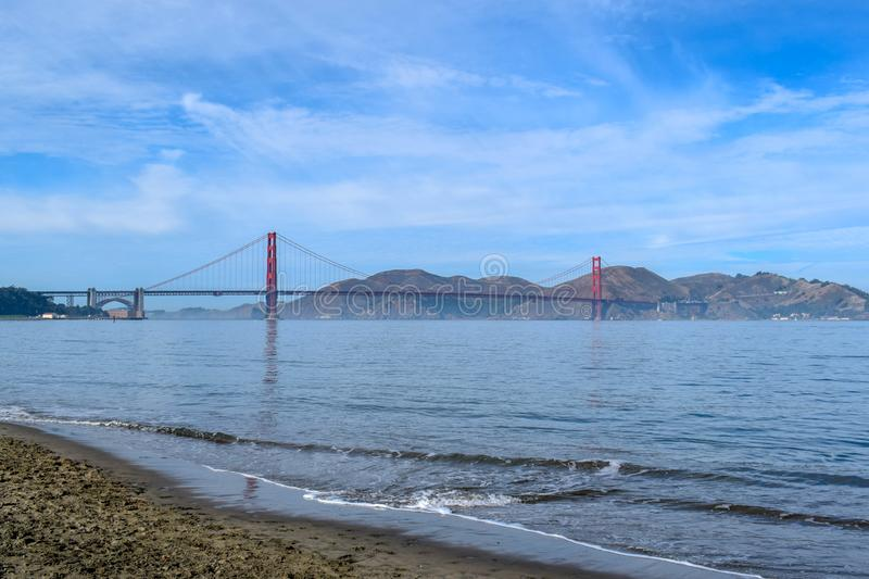 Golden gate bridge panorama som ses fr?n stranden p? en Sunny Day royaltyfria foton