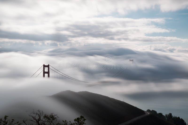 Golden Gate Bridge pod intensywną mgłą obrazy stock
