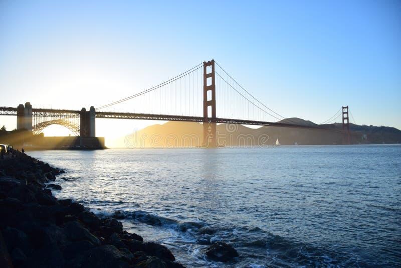Golden gate bridge in San Francisco bij zonsondergang stock foto