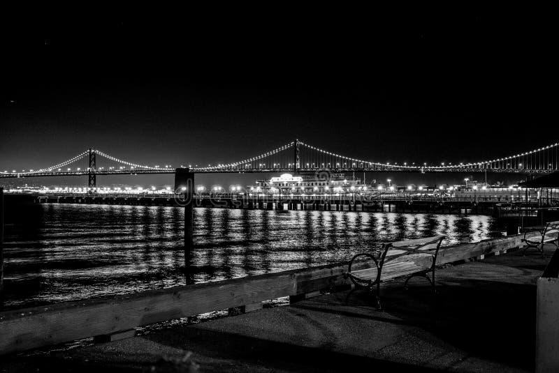 Golden gate bridge & x28; San Francisco, CA& x29; omhoog aangestoken bij zwart-witte nacht stock afbeeldingen