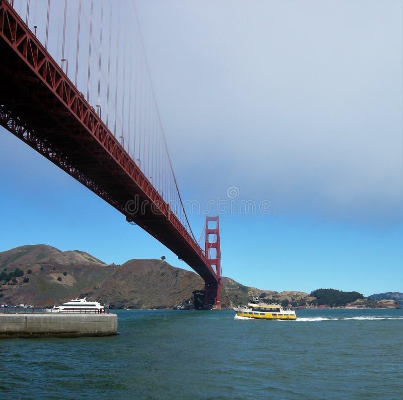 Golden gate bridge San Francisco com barcos fotografia de stock royalty free