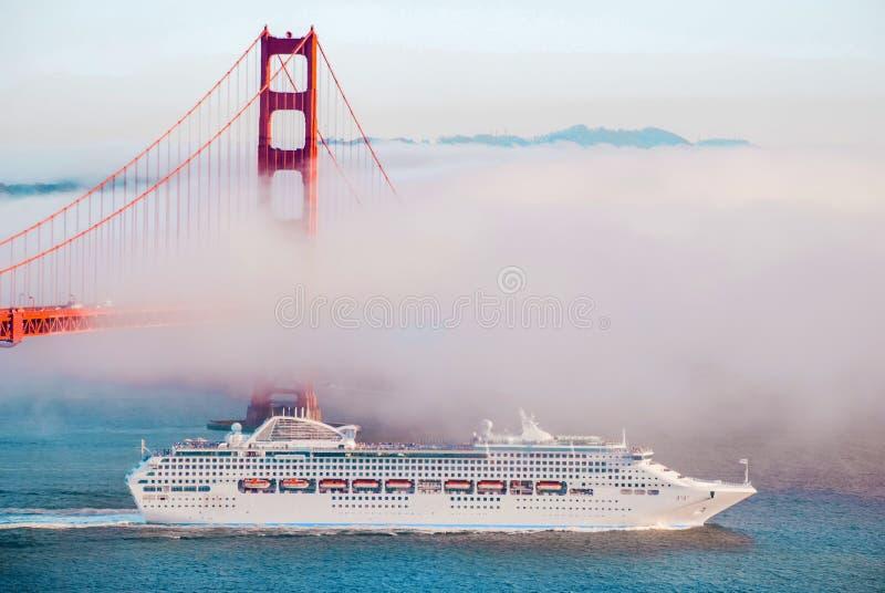 Golden gate bridge, San Francisco il giorno nebbioso, passaggio della nave da crociera immagine stock libera da diritti