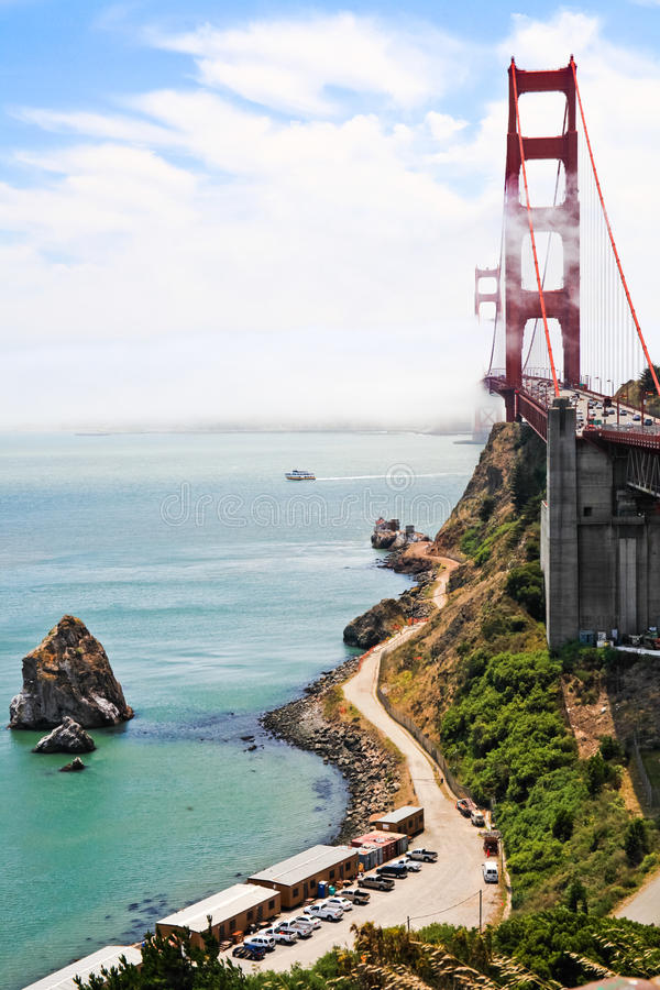 Golden gate bridge - sikt från utsiktpunkt royaltyfri foto