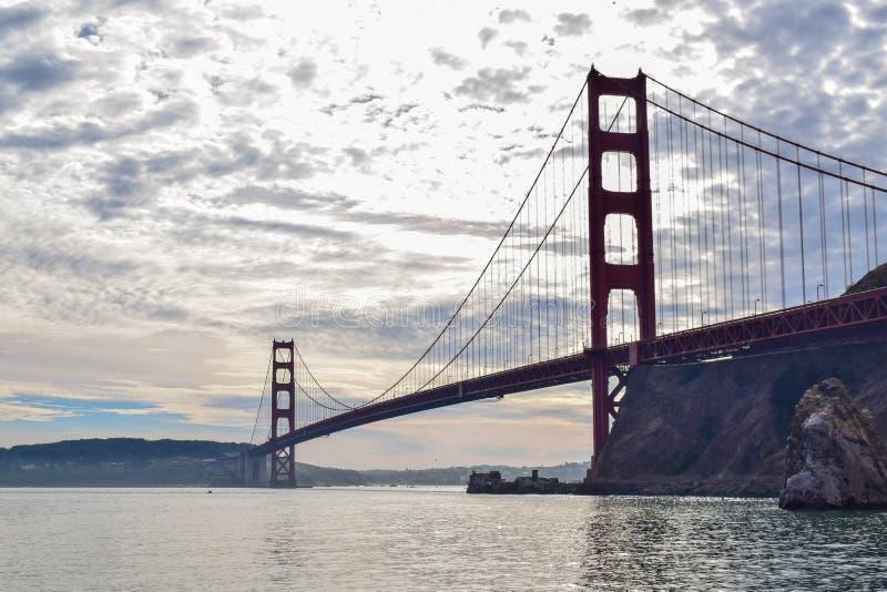 Golden gate bridge-Silhouet van Moore Rd Pier op een Bewolkte Dag stock fotografie