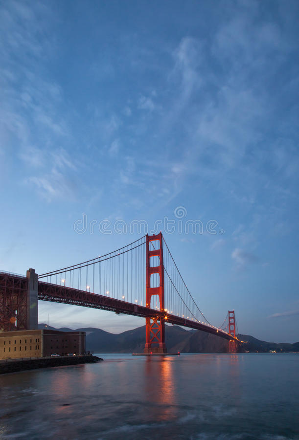 Golden gate bridge skymningbild royaltyfri bild