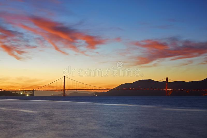 Golden gate bridge sob o por do sol fotografia de stock royalty free