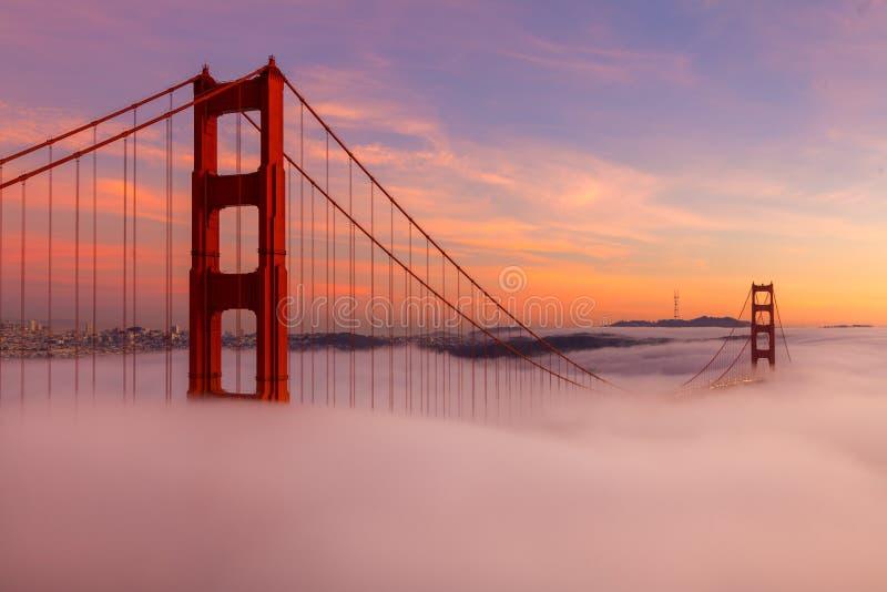 Golden gate bridge tijdens Zonsondergang stock fotografie