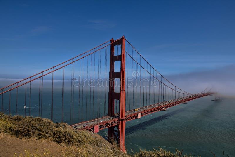 Golden gate bridge un après-midi nuageux images stock