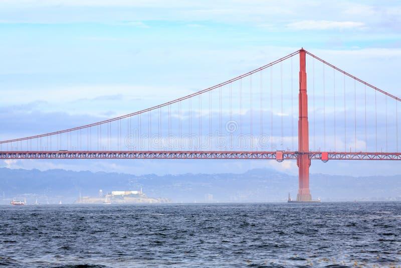 Golden gate bridge und Alcatraz-Insel im Hintergrund im hellen Nebel stockbilder