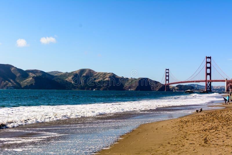 Golden gate bridge und Marin Headlands vom Bäcker Beach stockbilder