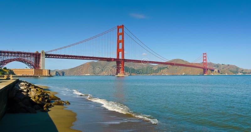 Golden gate bridge vom Crissy Feldpanorama stockfotografie