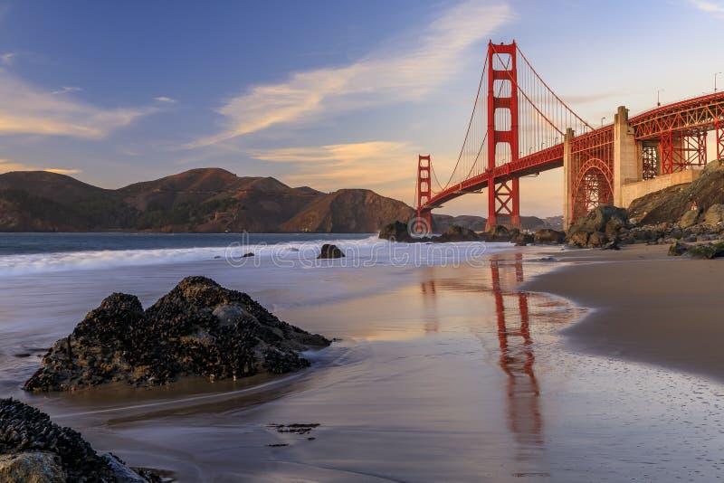 Golden Gate Bridge-vyn från den dolda och utseglade stenkolsbrickan Marshall's Beach vid solnedgången i San Francisco, Kalif royaltyfri bild
