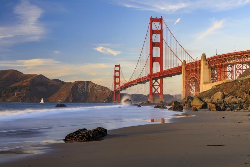 Golden Gate Bridge-vyn från den dolda och utseglade stenkolsbrickan Marshall's Beach vid solnedgången i San Francisco, Kalif royaltyfria foton