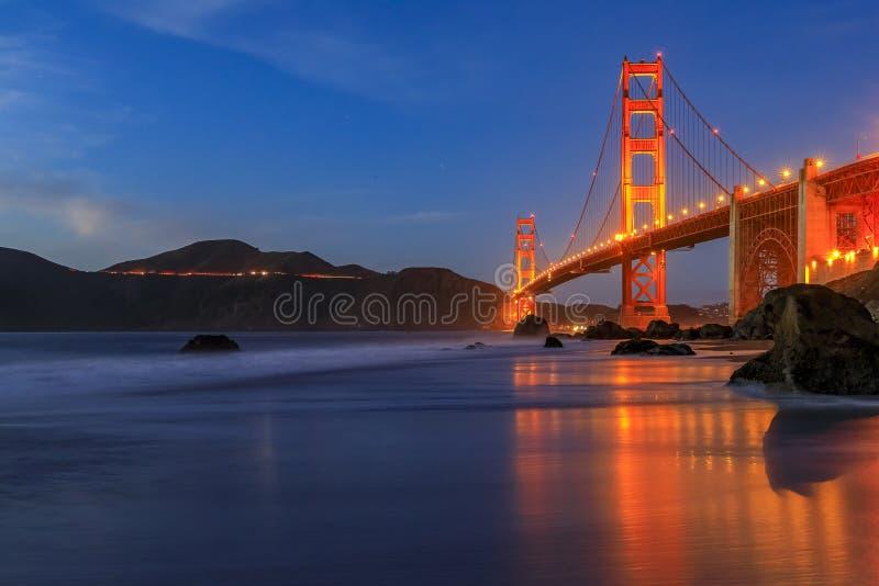 Golden Gate Bridge-vyn från den dolda och utseglade stenkolsbrickan Marshall's Beach vid solnedgången i San Francisco, Kalif arkivfoto