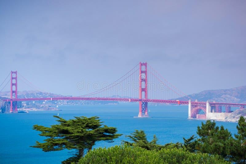 Golden gate bridge, wie von der Küstenspur, Kalifornien gesehen stockbilder