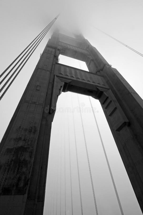 Golden Gate Bridge wierza w czarny i biały z mgły kołysaniem się, San Fransisco zdjęcie stock