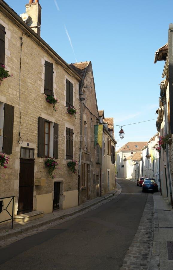 Golden Gate de Borgonha, vila de Chablis na região de Bourgogne, famosa para o vinho branco foto de stock royalty free
