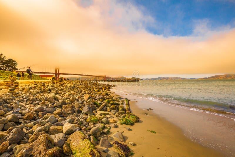 Golden Gate am Sonnenuntergang lizenzfreie stockbilder