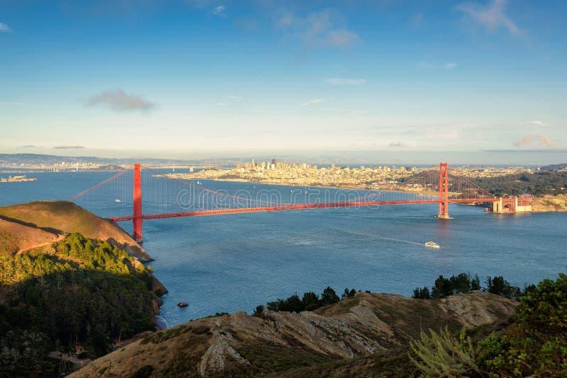 Download Golden Gate Trzymać Na Dystans, San Fransisco Zdjęcie Stock - Obraz złożonej z schronienie, rozwojowy: 57656350
