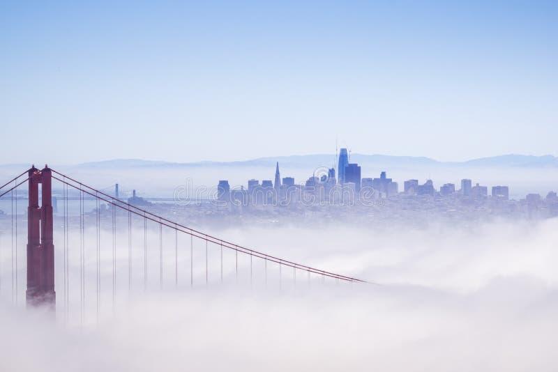 Golden Gate und das San Francisco Bay bedeckt durch Nebel, die Finanzbezirksskyline im Hintergrund, wie vom Marin gesehen stockfotos