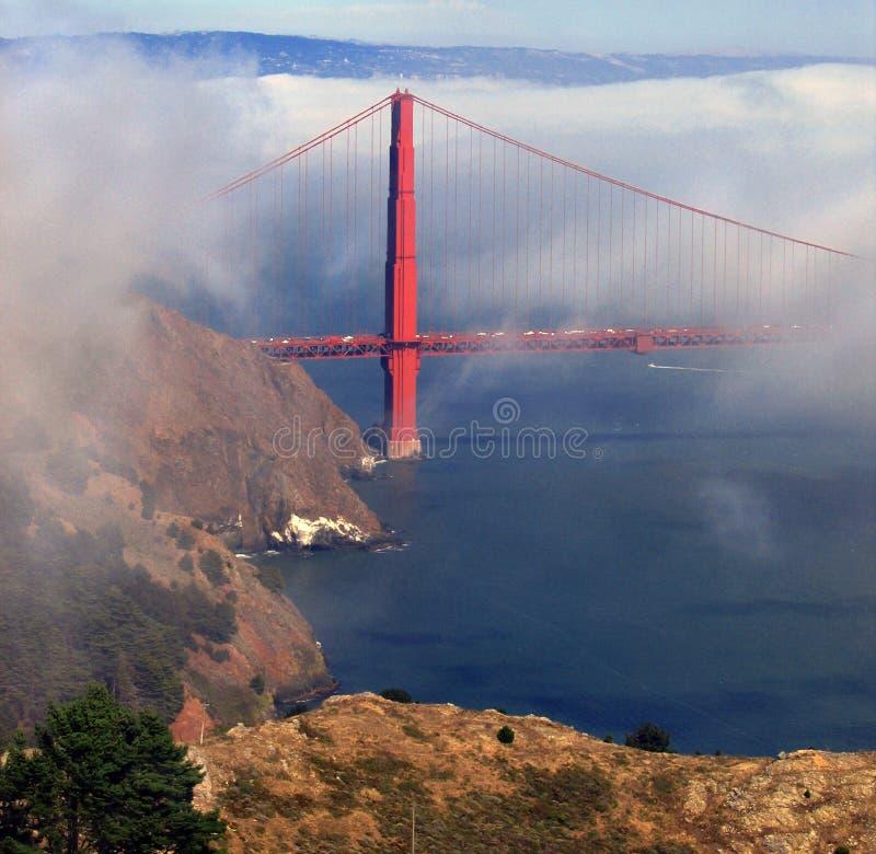 Golden Gatekontrolltürme über Nebelquerneigung lizenzfreies stockfoto