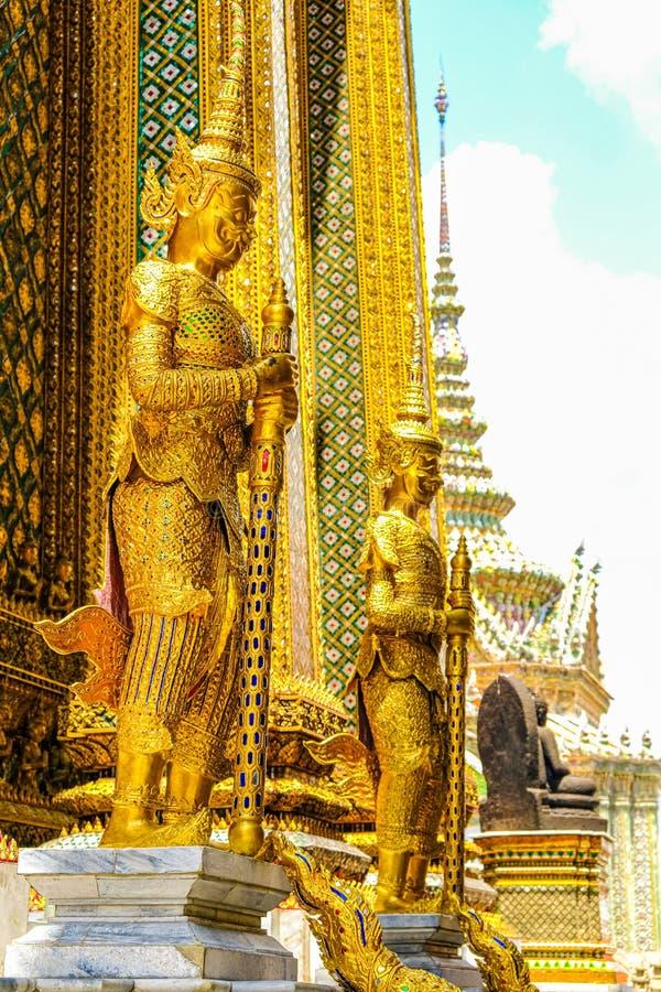 Golden Giant Guardian Of The Temple, Grand Palace, Bangkok, Tailândia imagens de stock